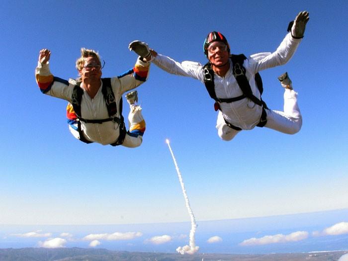 2 skydivers in air